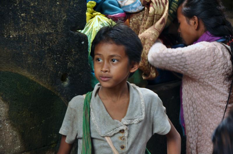 child vendor at preah khan (3). december 2011.